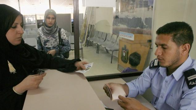 فلسطينية في معبر رفح بين قطاع غزة ومصر (Abed Rahim Khatib/Flash90)