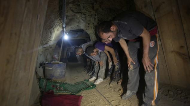 عمال حفر الانفاق يصلون داخل نفق في رفح (Wissam Nassar/Flash90)