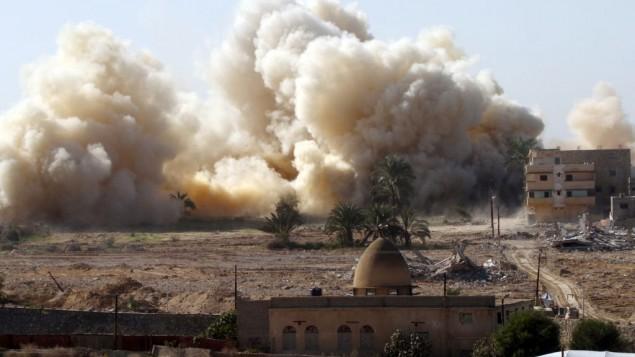 دخان يتصاعد من منزل بعد تفجيره خلال عملية عسكرية للجيش المصري في مدينة رفح المصرية بالقرب من الحدود الجنوبية لقطاع غزة، 20 نوفمبر 2014 (Abed Rahim Khatib/Flash90)