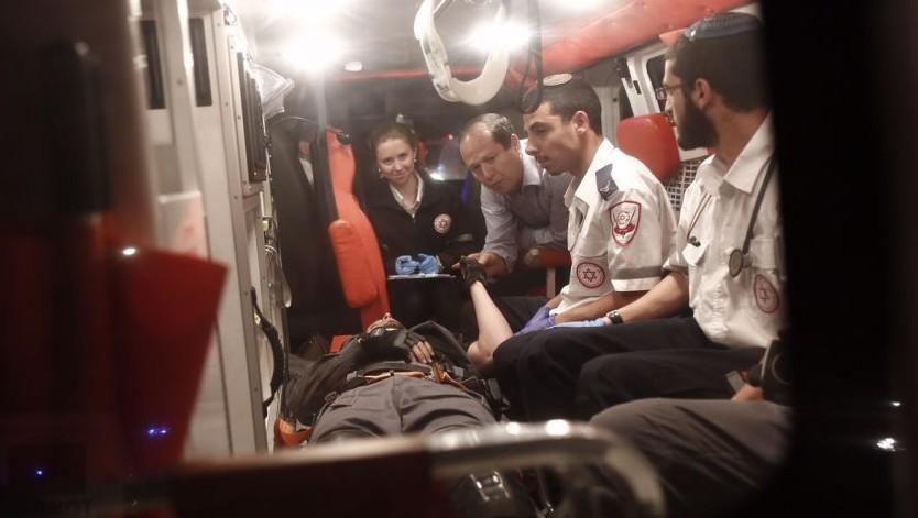 رئيس بلدية القدس نير بركات داخل سيارة اسعاف تخلي شرطي من مكان حادث يعتقد انه هجوم دهس في الطور في القدس الشرقية، 25 ابريل 2015 (Yonatan Sindel/Flash90)