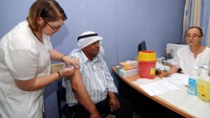 أحد سكان مدينة رهط البدوية الجنوبية يتلقى تحصينا ضد شلل الأطفال في 4 يونيو، 2013. (Flash90)