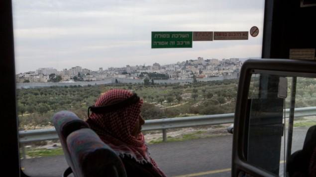 رجل فلسطيني في حافلة بالقرب من مدينة بيت لحم، 18 ديسمبر 2014 (Miriam Alster/Flash90)