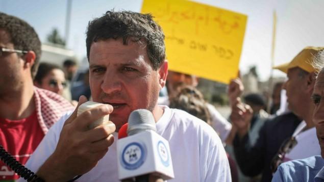 ايمن عودة يتحدث مع الصحافة امام منزل الرئيس في القدس خلال مظاهرة لنشطاء من البدو، 29 مارس 2015 (Hadas Parush/Flash90)