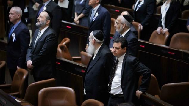 ايمن عودة، يقف خلال النشيد الوطني الإسرائيلي، هاتيكفا، في الكنيست، 31 مارس 2015 (Miriam Alster/Flash90)