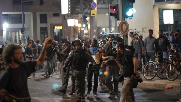 الشرطة الإسرائيلية تعتقل إسرائيليا أثيوبيا خلال تظاهرة للإحتجاج على عنف الشرطة في ميدان رايبن بتل أبيب الأحد، 3 مايو، 2015. ( Judah Ari Gross/Times of Israel staff)