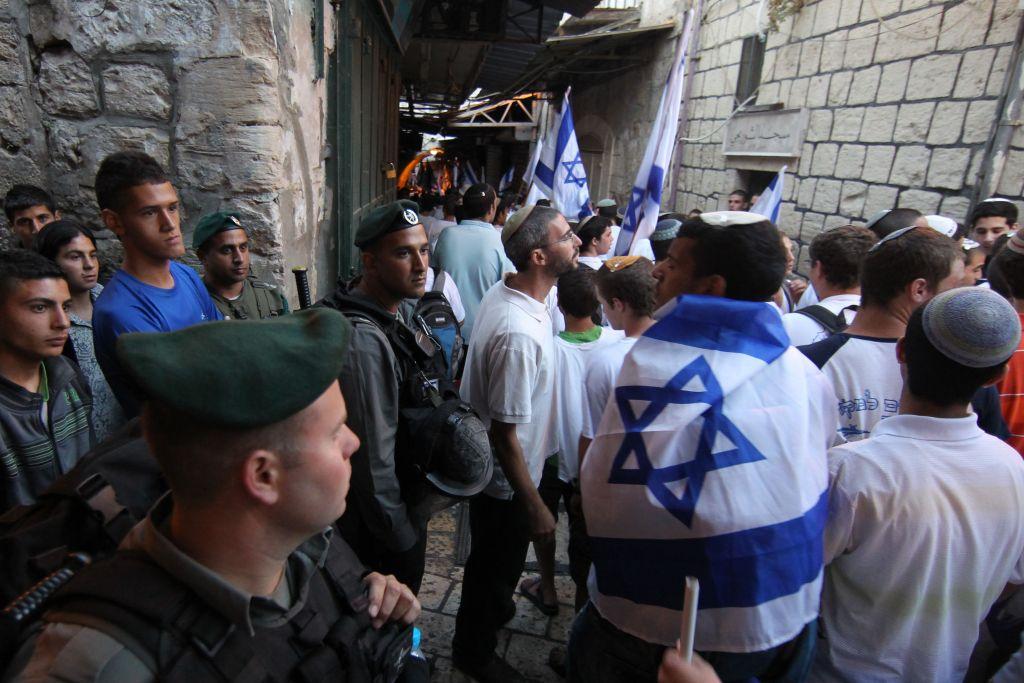 شرطة الحدود الإسرائيلية تحمي مسيرة يوم القدس اثناء عبورها في الحي الإسلامي في البلدة القديمة في القدس، 1 يونيو 2011 (Nati Shohat/Flash90)