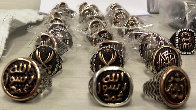 خواتم عليها شعار تنظيم الدولة الإسلامية اكتشفها الجمارك في مطار بن غوريون الدولي (Israel Tax Authority)