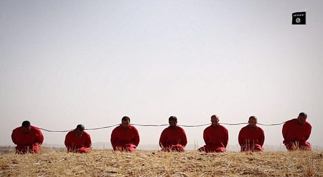 تنظيم الدولة الإسلامية يعدم سبعة رجال عن طريق ربط متفجرات حول اعناقهم (Screen capture)
