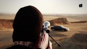 تنظيم الدولة الإسلامية يعدم اربعة رجال عن طريق قصفهم بصاروخ ار بي جي بينما هم داخل سيارة (Screen capture)