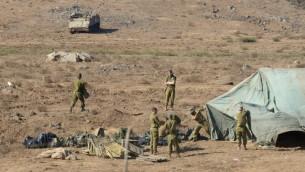 جنود يقيمون مستشفى ميداني اسرائيلي في هضبة الجولان (Gili Yaari/Flash90)