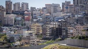 صورة لمخيم شعفاط من حي بسجات زئيف اليهودي شرقي القدس (Miriam Alster/Flash90)