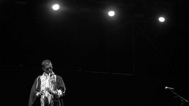 عازف ناي بدوي يعزف خلال العرض (courtesy/Noam Ekhaus)
