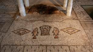 فسيفساء السمكتان وسلة الخبز من العصر البيزنطي في كنيسة المضاعفة في الطابغة (Rishwanth Jayapaul/FLASH90)