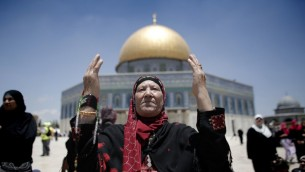 مصلون مسلمون امام قبة الصخرة في الحرم القدسي خلال شهر رمضان، 19 يونيو 2015 (AFP/AHMAD GHARABLI)