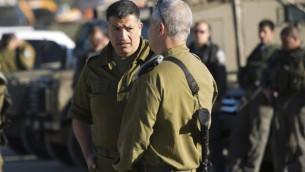 قائد مكتب نمسق أنشطة الحكومة في الأراضي الفلسطينية ميجر جنرال يوآف مردخاي، من اليسار، في معبر بيتونيا بالقرب من رام الله (Yonatan Sindel/ Flash 90)