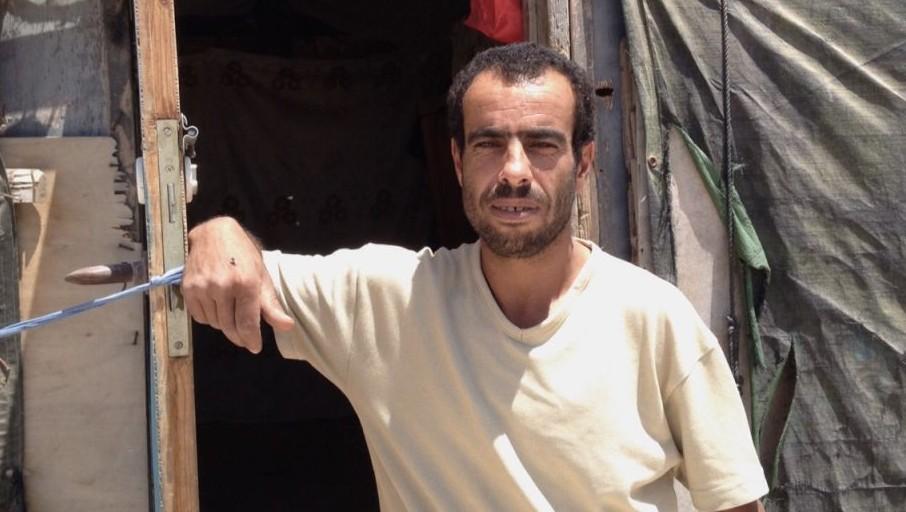 محمود نواجعة يقف خارج منزله في سوسيا، 19 يوليو، 2015. (Elhanan Miller/Times of Israel)