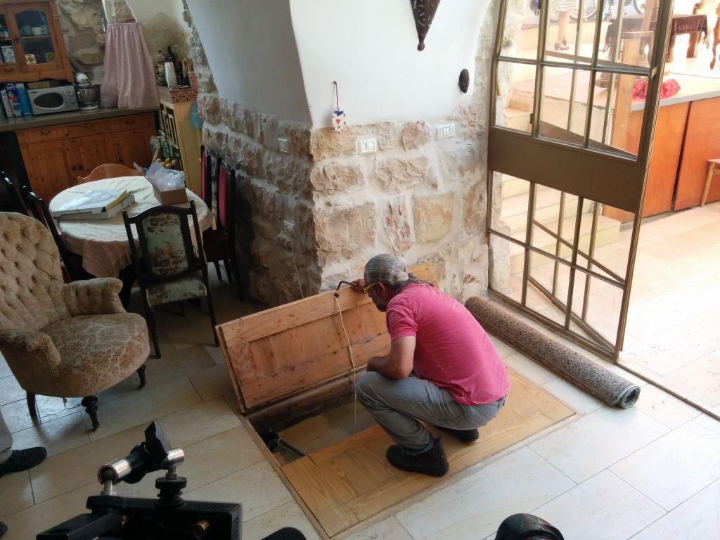 طال شيمشوني يكشف عن المدخل لحمام طقوسي يهودي من القرن الأول في منزله في عين كيريم، 1 يوليو، 2015. (Ilan Ben Zion/Times of Israel staff)