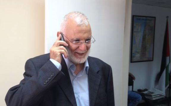 عضو البرلمان من حركة حماس محمد ابو طير يتلقى التهاني بعد اطلاق سراحه من السجن، 30 يوليو 2015 (Elhanan Miller/Times of Israel)
