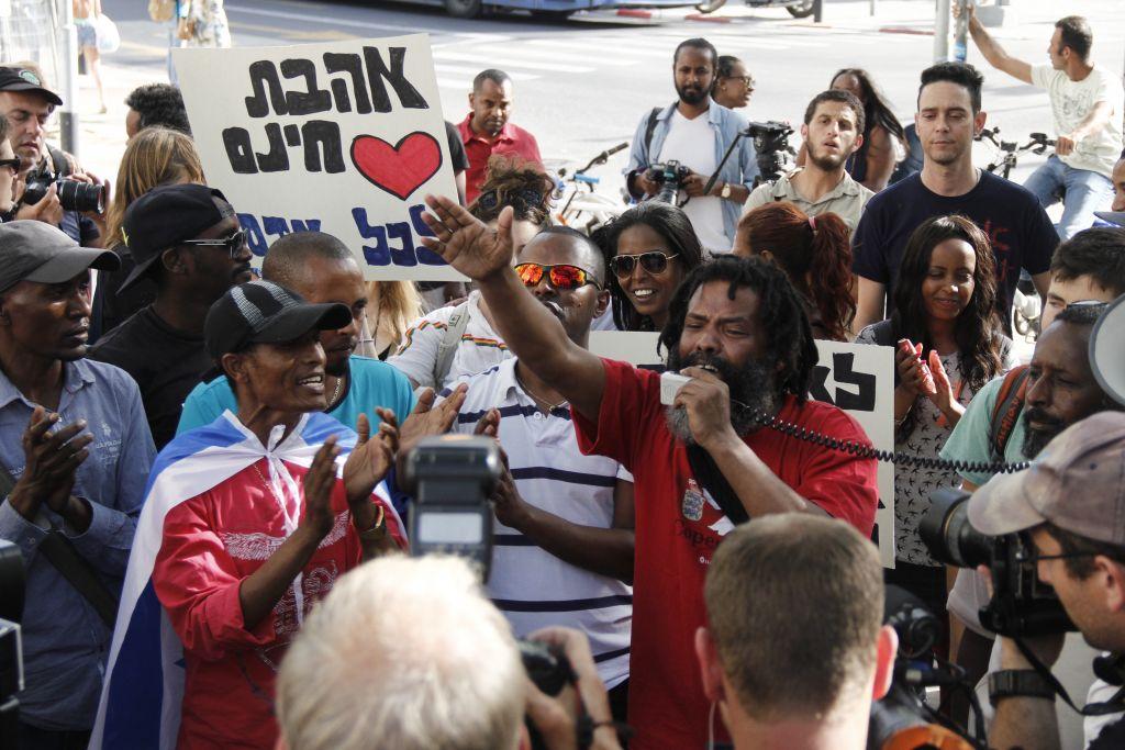 متظاهرون يناون لانهاء التمييز ضد الإسرائيليين من اصول اثيوبية خلال مظاهرة في تل ابيب، 18 مارس 2015 (Judah Ari Gross/Times of Israel)