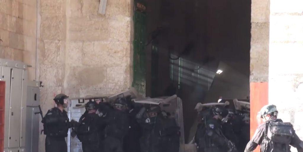 متظاهرون فلسطينيون يرشقون الشرطة بالحجارة امام المسجد الاقصى في القدس، 26 يوليو 2015 (screen capture: Israel Police video)