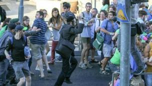 المشاركون في موكب الفخر المثلي في القدس يحاولون الفرار من منفذ هجوم الطعن يشاي شليسل، 30 يوليو 2015 (screen capture: Channel 2)