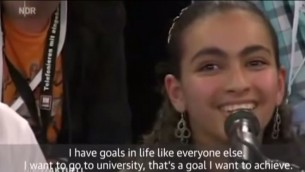 الفتاة الفلسطينية ريم تتحدث الى المستشارة الالمانية انغيلا ميركل خلال نقاش تلفزيوني في المانيا (screenshot: YouTube)