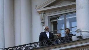 وزير الخارجية الايراني محمد جواد ظريف يتحدث إلى الصحفيين من شرفة فندق قصر كوبورغ في فيينا، النمسا،9 يوليو، 2015 AFP/Pool/Carlos Barria