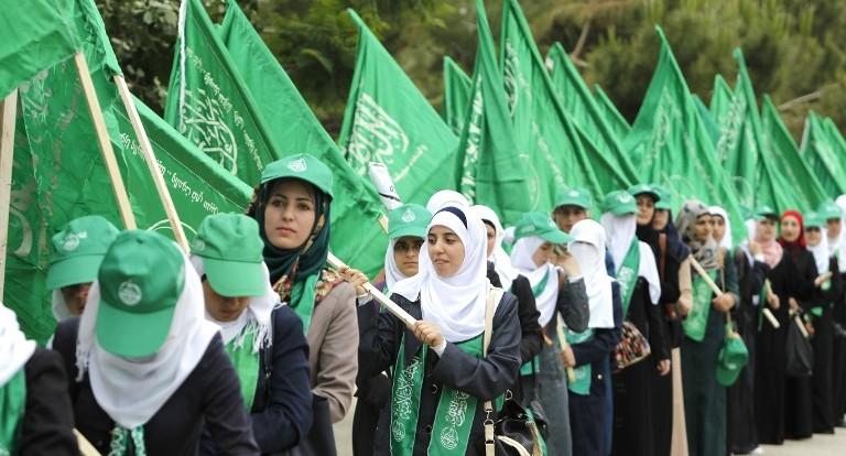 مناصرون فلسطينيون لحركة حماس يشاركون في مسيرة عشية إنتخابات مجلس الطلبة في جامعة بير زيت، في ضواحي مدينة رام الله، الثلاثاء، 6 مايو، 2014. (Abbas Momani/AFP)