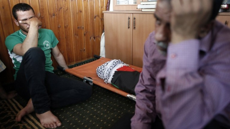 جثمان الطفل علي دوابشة قبل تشييع جثمانه في بلدة دوما في الضفة الغربية، 31 يوليو 2015 (AFP PHOTO / THOMAS COEX)
