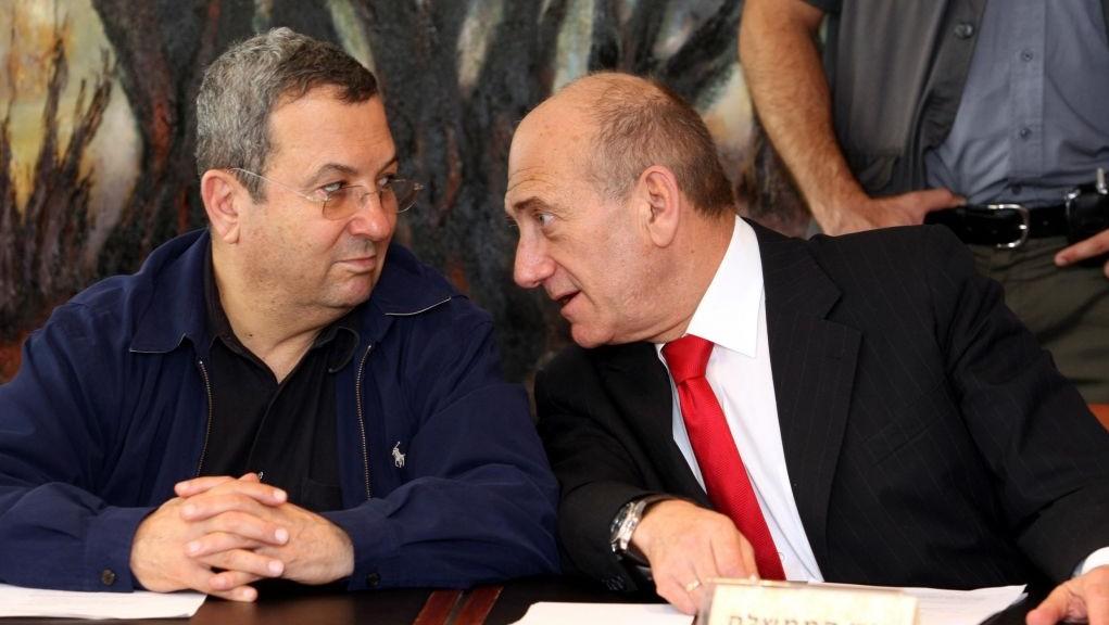 رئيس الوزراء ايهود اولمرت يتحدث مع وزير الدفاع ايهود باراك خلال جلسة للحكومة، 4 يوليو 2007 (Ariel Jerozolimski/Flash90)