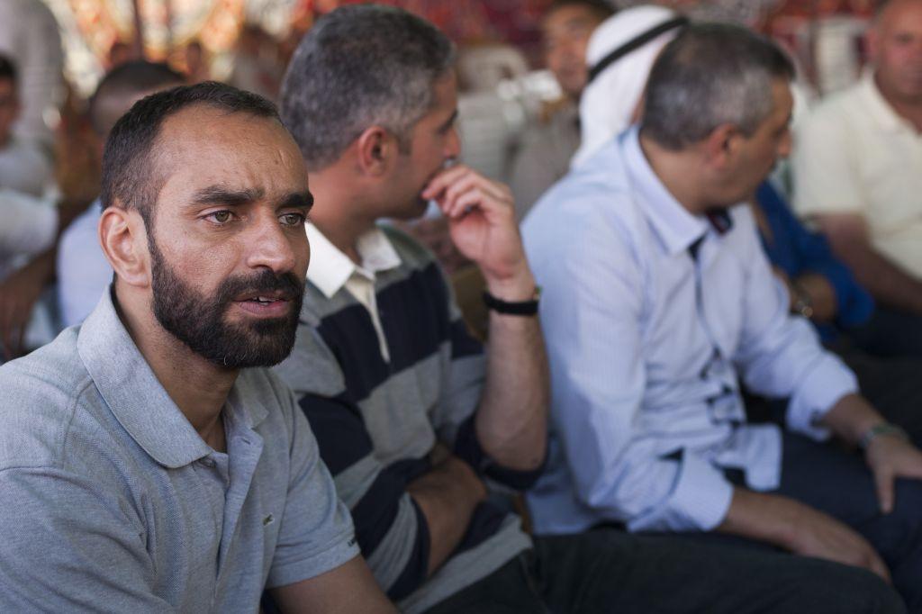 الأسير الفلسطيني سامر عيساوي بعد اطلاق سراحه ضمن صفقة تبادل اسرى بين اسرائيل وحماس، 18 اكتوبر 2011 (Yonatan Sindel/Flash90)
