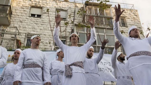 رجال ونساء يهود يشاركون في تقديم أضحية في عيد الفصح اليهودي في القدس في 30 مارس، 2015. (Danielle Shitrit/Flash90)