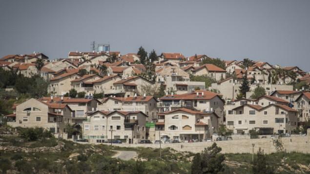 صورة لمستوطنة غيفعات زئيف القريبة من القدس. (Hadas Parush/Flash90)