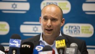 نفتالي بينيت، رئيس حزب البيت اليهودي، يتكلم في الكنيست، 15 يونيو 2015 (Yonatan Sindel/Flash90)