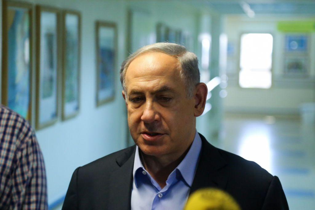 رئيس الوزراء بنيامين نتنياهو يتحدث مع الصحافة بعد زيارته لعائلة دوابشة في المستشفى بعد هجوم الحريق في بلدة دوما الفلسطينية جنوب نابلس، 31 يوليو 2015 (FLASH90)