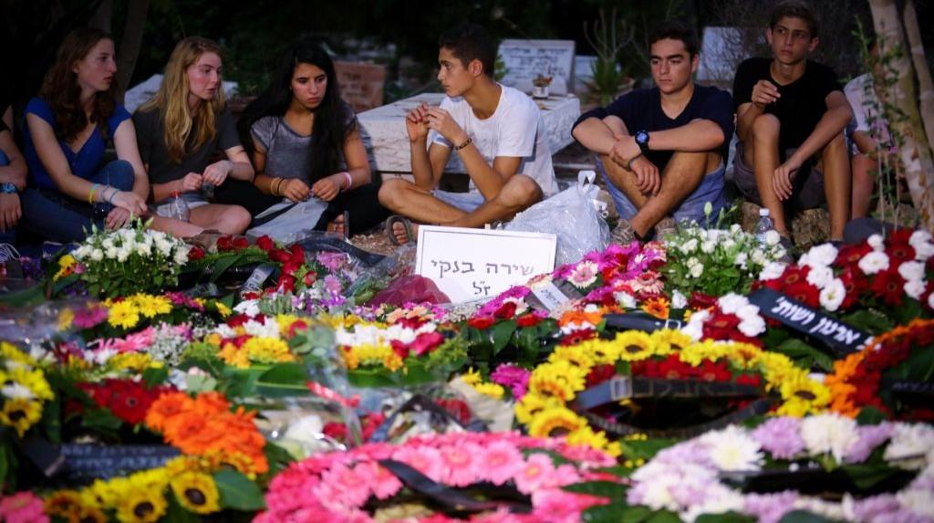 اصدقاء شيرا بانكي بالقرب من قبرها بعد جنازتها، 3 اغسطس 2015 (Flash90)