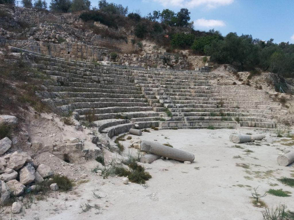 أطلال المسرح الروماني في سبسطية بالضفة الغربية (Ilan Ben Zion/Times of Israel)