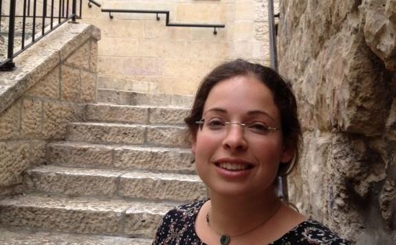 إفيا فرنكل، مرشدة سياحية متطوعة في الحرم القدسي، تقف في البلدة القديمة في القدس بعد زيارة قامت بها إلى الموقع، 25 أغسطس، 2015. (Elhanan Miller/Times of Israel)