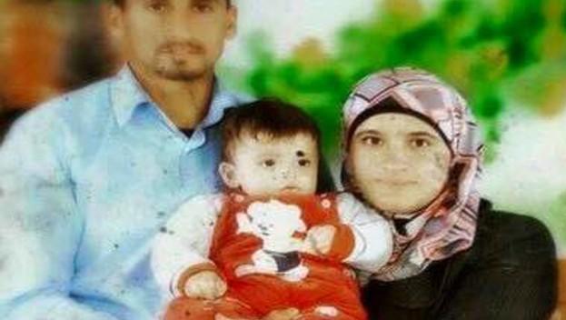 سعد ورهام دوابشة، مع طفلهما علي (لقطة شاشة: القناة 2)