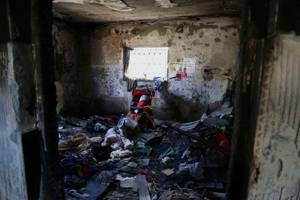 داخل منزل عائلة دوابشة في دوما. لعبة ملفوفة بعلم فلسطيني ترقد في عربة اطفال لذكرى علي (Eric Cortellessa/Times of Israel)