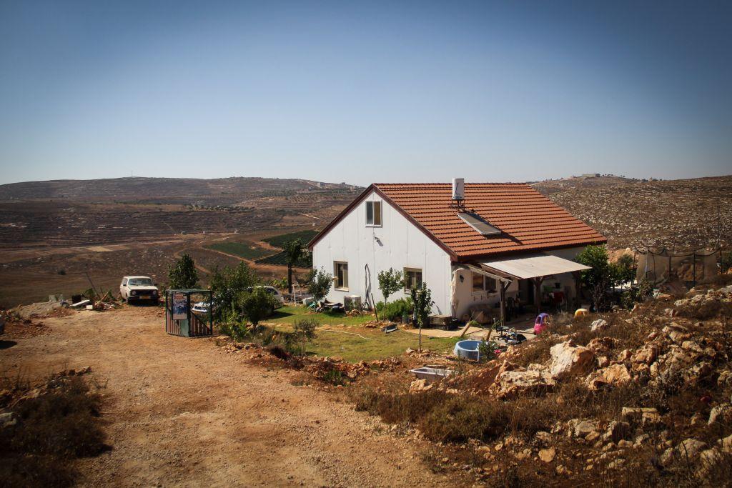 """منزل مستوطنون في البؤرة الإستيطانية """"ايش كودش"""" في الضفة الغربية، 20 يوليو 2015 (Garrett Mills/Flash 90)"""
