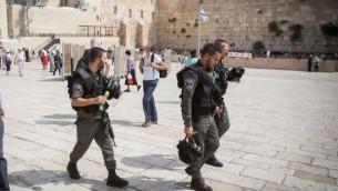 عناصر قوات الامن يمشرون في باحة حائط البراق في البلدة القديمة في القدس، 13 سبتمبر 2015 (Yonatan Sindel/Flash90)
