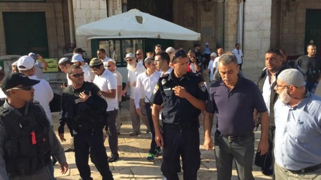 عضو الكنيست جمال زحالقة (في الوسط) في الحرم القدسي بالبلدة القديمة في مدينة القدس الثلاثاء، 29 سبتمبر، 2015. (courtesy Joint List)