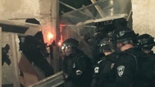 الشرطة الإسرائيلية تتفقد حاجزا تم وضعه من قبل فلسطينيين في الحرم القدسي، 13 سبتمبر، 2015. (المتحدث بإسم الشرطة الإسرائيلية)