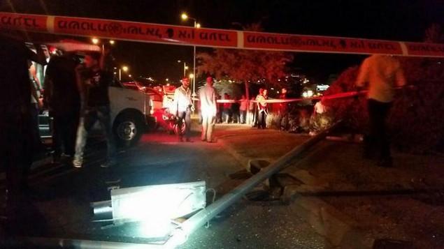 """موقع إصطدام المركبة في 13 سبتبمر، 2015 والذي وقع نتيجة لهجوم إلقاء حجارة في """"أرنونا"""" بالقدس وأسفر عن مقتل رجل. (Arik Abulof/ Jerusalem Fire and Rescue Services)"""