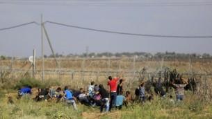 متظاهرون من غزة يقتربون من السياج الحدودي م مع إسرائيل خلال مواجهات مع القوات الإسرائيلية في 9 أكتوبر، 2015. (AFP/Mohammed Abed)