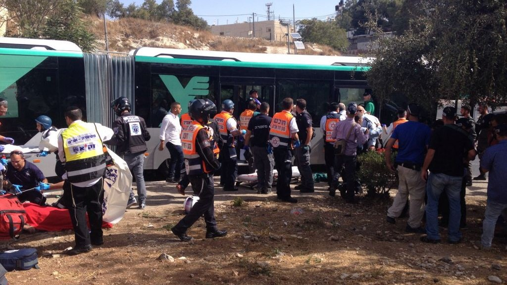 الشرطة وطواقم الاسعاف تعالج ضحايا هجوم في حي ارمون هناتسيف في القدس، 13 اكتوبر 2015 (Israel Police)