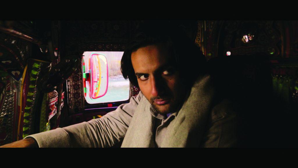 البطل سهيل في شاحنة ملونة بألوان زاهية الشائعة في الباكستان (Armughan Hassan)