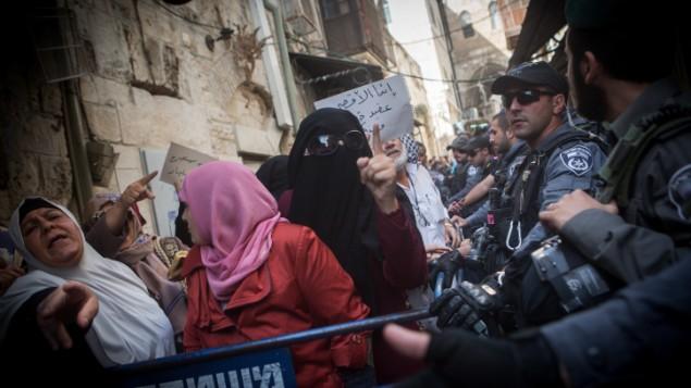 نساء فلسطينيات من مجموعة المرابطات خلال تظاهرة ضد الشرطة في البلدة القديمة في القدس، 17 سبتمبر، 2015. (Miriam Alster/Flash90)