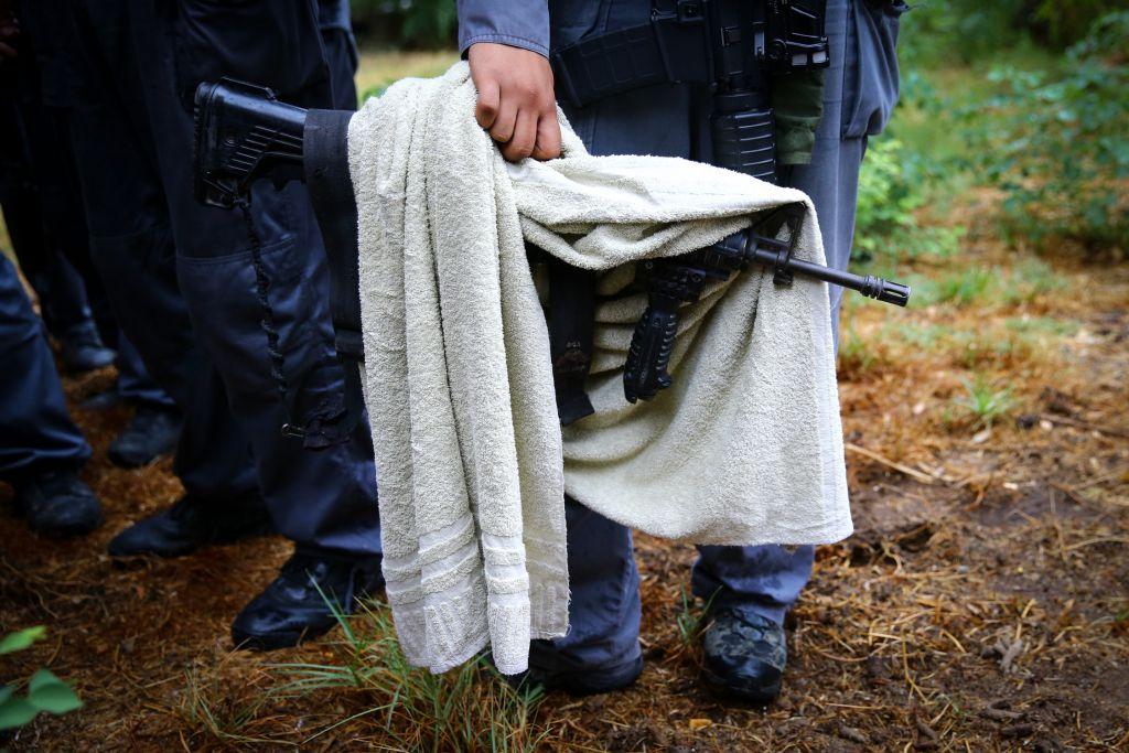 عنصر امن اسرائيلي يحمل سلاح نجح رجل فلسطيني بالاستيلاء عليه من جندي بعد طعنه في كيريات غات، 7 اكتوبر 2015 (FLASH90)